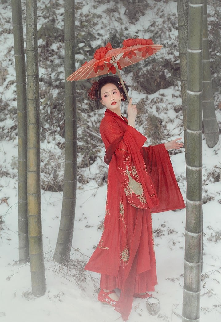 雪地里的古典美艳古装美女图片