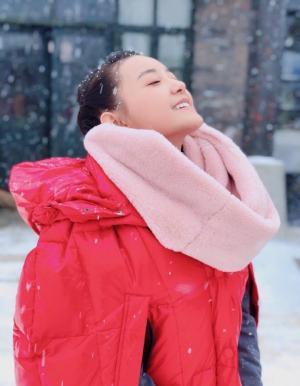 蒋依依雪中红衣甜美写真图片
