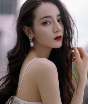 迪丽热巴白色蕾丝镂空羽毛裙妩媚风情写真