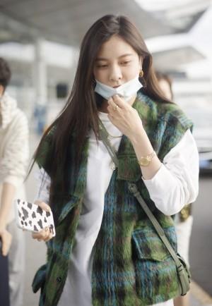 宋妍霏白T条纹格子马甲机场休闲图片