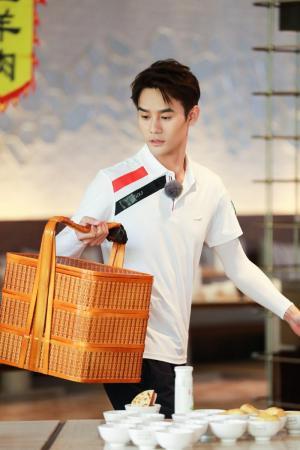 王凯《青春环游记》白T恤阳光温暖帅气图片