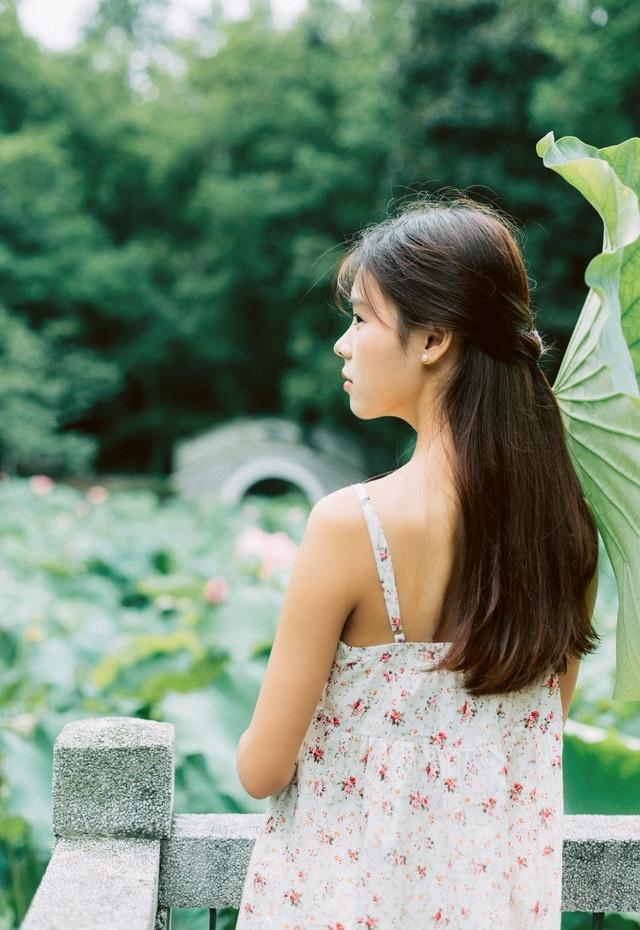 连衣裙少女的清爽夏日写真
