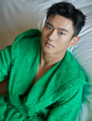 宁泽涛绿色浴袍休闲舒适写真图片