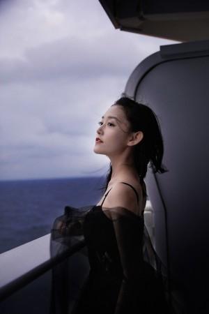 蒋依依黑色纱裙俏皮灵动写真图片