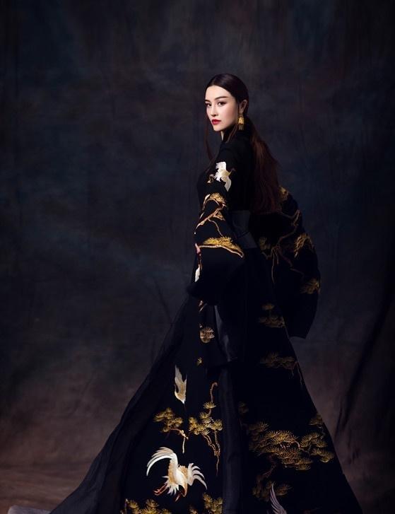 美女葛天复古写真曝光 长袍加身显霸气女王范儿