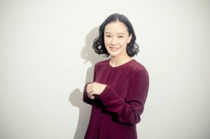苍井优酒红色丝光棉连衣裙成熟知性图片