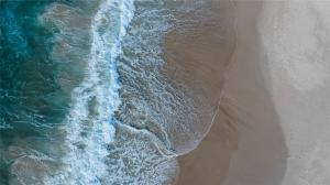 清澈碧蓝壮阔的海浪沙滩高清桌面壁纸