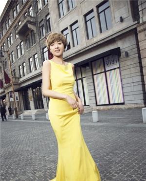 万茜黄色长裙尽展绝美风采