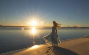 一米阳光下沙滩少女的美丽身影壁纸