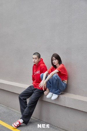 屈楚萧邱天红色卫衣个性时尚街拍图片