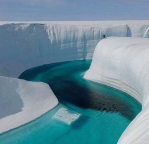 格陵兰岛上的冰峡谷