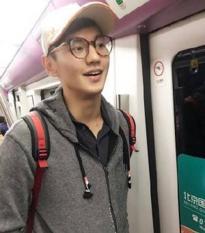 国民男神宁泽涛被堵地铁图片