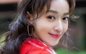 吴谨言红色短裙甜美写真图片