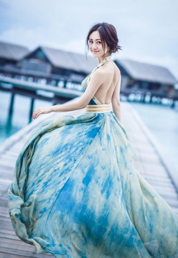 辣妹子刘芸海边吊带长裙写真大片