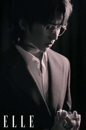 蔡徐坤金丝眼镜绅士LOOK写真图片