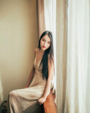迷人美背红唇气质美女暖色系写真