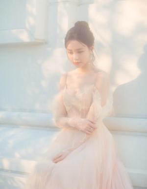香肩美女钟楚曦展现裸色礼服大秀身材写真图片