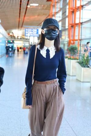 李沁现身北京机场