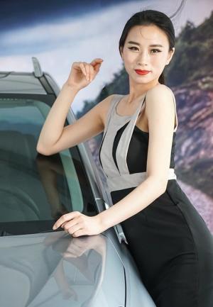 天生媚骨的女人车展献媚风情图片