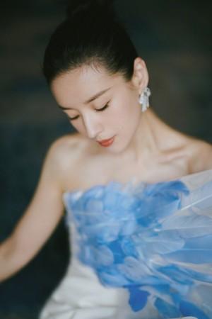 董洁孔雀蓝羽毛裙优雅温婉写真图片