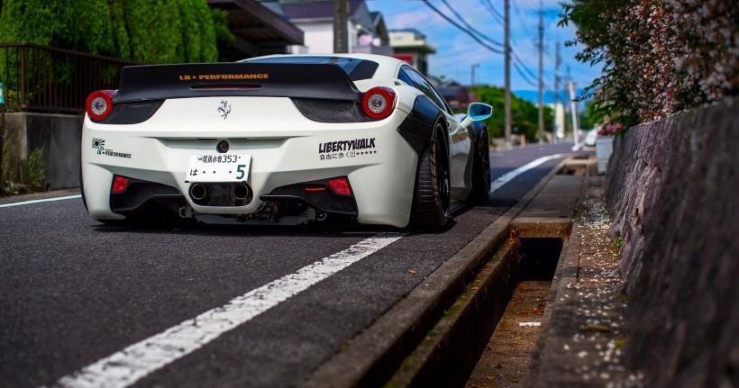 白色法拉利跑车