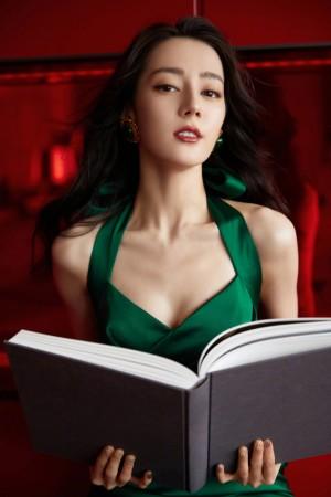 迪丽热巴墨绿色长裙妩媚动人写真图片