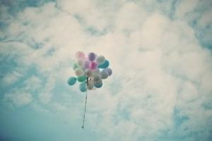 马卡龙色的气球飞向天空唯美梦幻图片