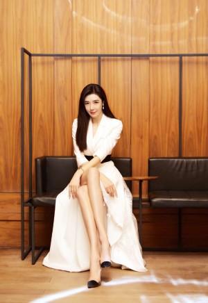 周韦彤飒美白裙写真图片