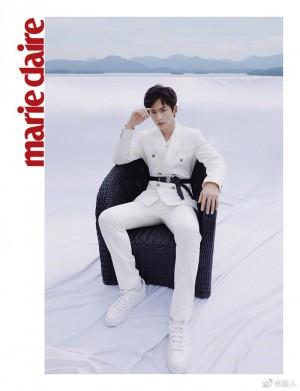 张哲瀚白色西服套装优雅时髦写真图片