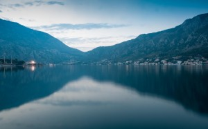 平静的湖水倒映出优美的景色