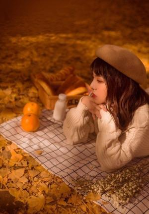 假日野餐清纯美女暖色系写真图片