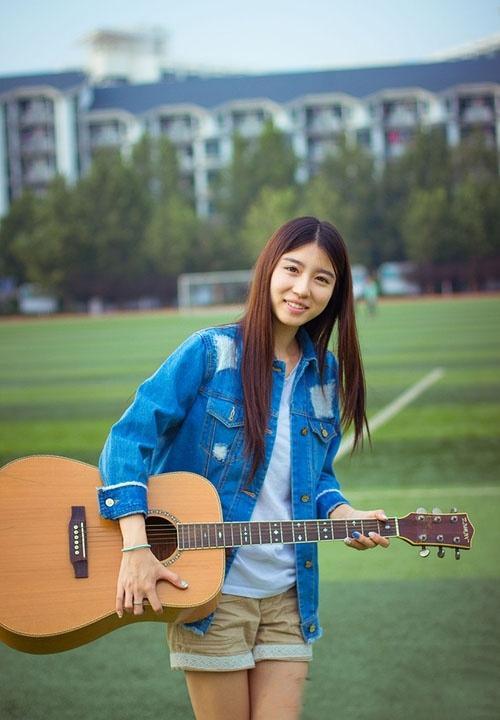 户外阳光下的吉他少女写真