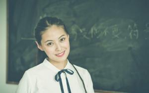 教室美女女神中分长发清纯学生装气质温婉写真图片