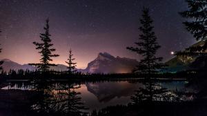 加拿大班夫国家公园的朱砂湖的星空壁纸