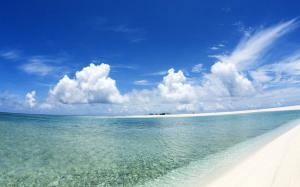 蓝天白云清澈海水沙滩高清电脑壁纸