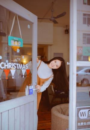 咖啡馆弹钢琴美女安静温柔图片