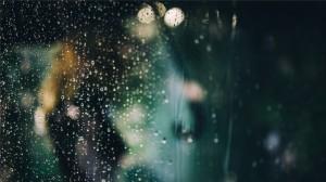 玻璃上的雨滴唯美高清桌面壁纸