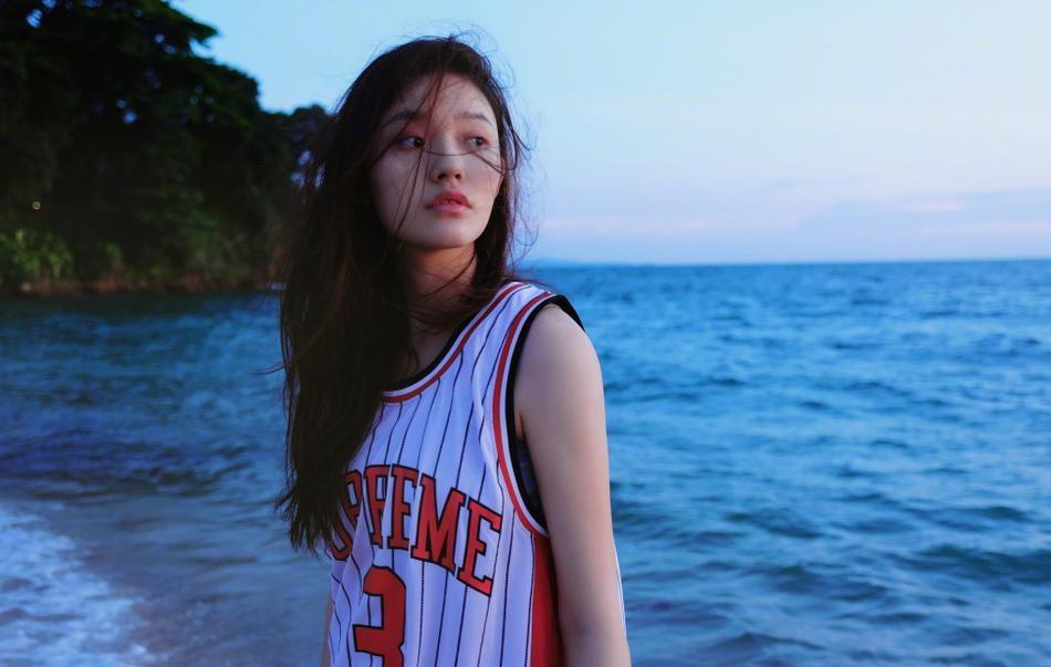 """穿球衣的少女!""""星女郎""""林允沙滩清纯迷人写真"""