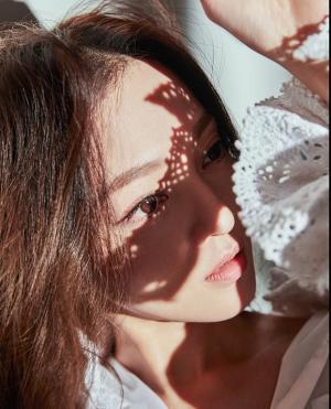 张韶涵裸妆美艳时尚写真图片