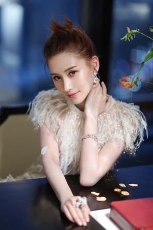 何超莲白色羽毛长裙温柔恬静少女感写真图片