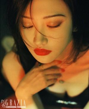 景甜红唇美妆港风风情大片