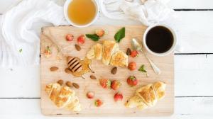 ins风美味可口的牛角包营养早餐高清图片壁纸