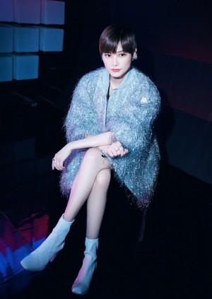 李宇春银色拉丝外套明亮复古风写真图片