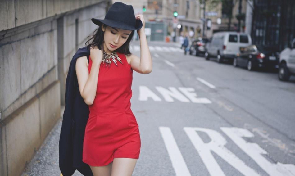 娄艺潇潇洒率性秀靓丽美腿时尚写真大片