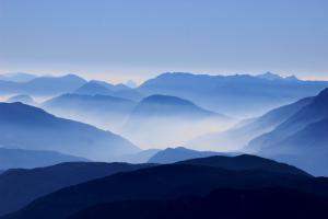 绵延不绝的山岭风景图片