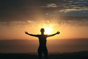 一个人双手拥抱阳光唯美文艺图片