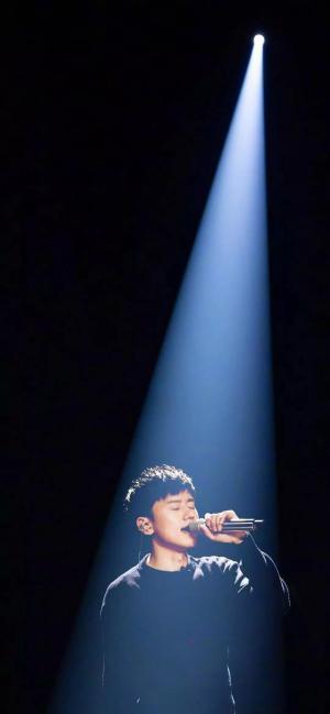 抖音上很火的张杰演唱会一束光