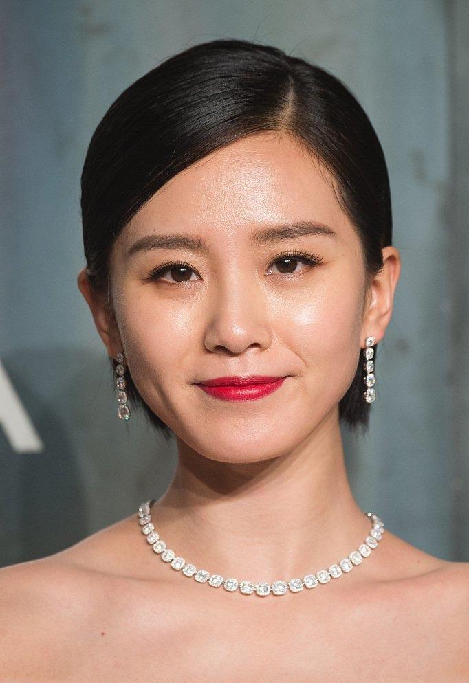 人妻刘诗诗穿黑色抹胸礼服露香肩 气色红润状态佳写真