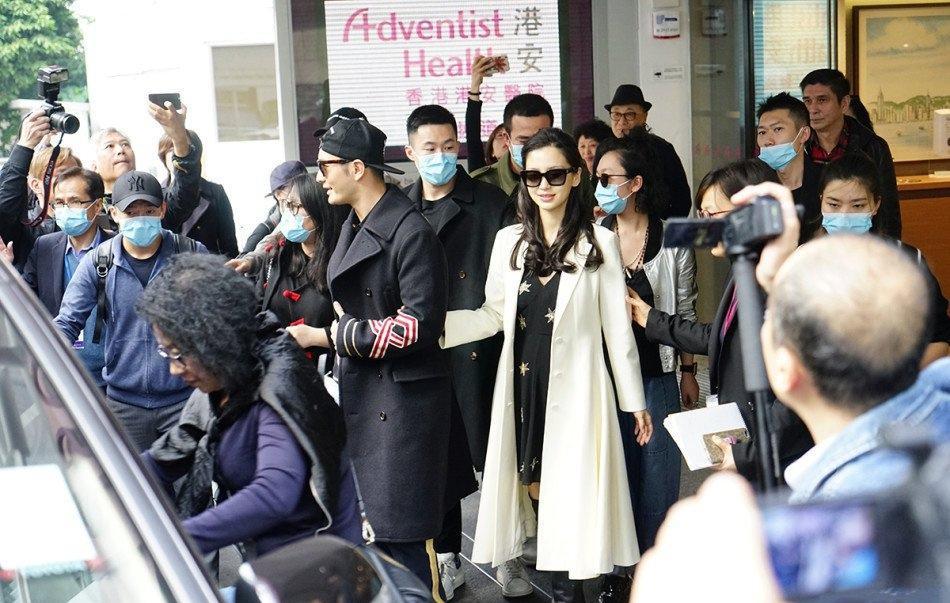 黄晓明左牵爱妻右提娃写真