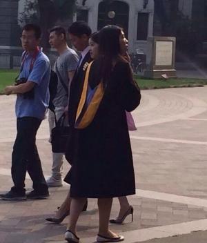 奶茶妹妹章泽天清华校园拍毕业照刘强东作陪